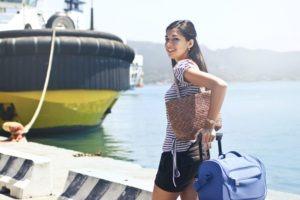 Femme qui va au travail en voyage