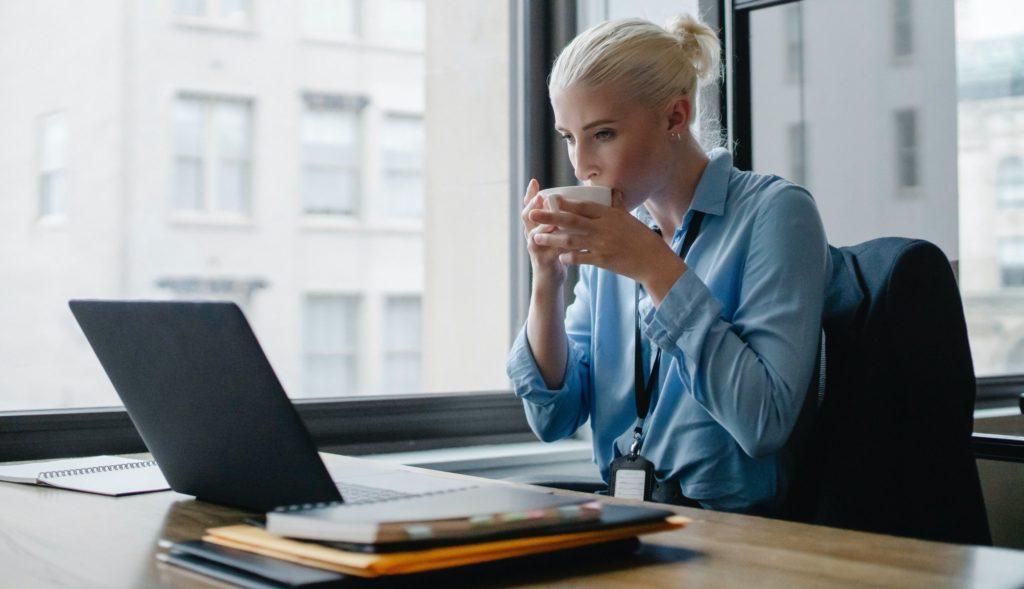 femme nomade assistante virtuelle